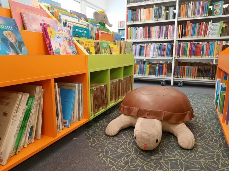 Pehmolelu kilpikonna kirjaston lastenosastolla