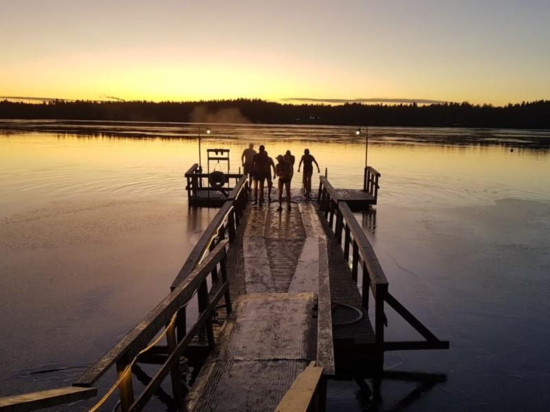 Avantouimareita Littoistenjärven rannalla