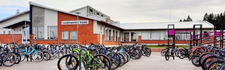 Loukinaisten koulun piha