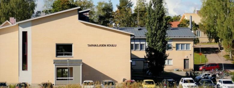 Tarvasjoen koulun julkisivu