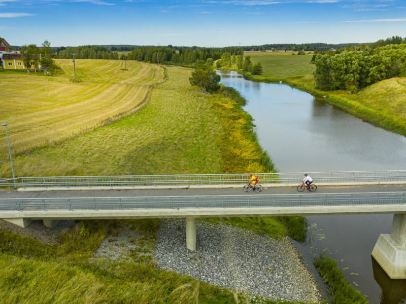 Kaksi pyöräilijää Aurajoen ylittävällä sillalla
