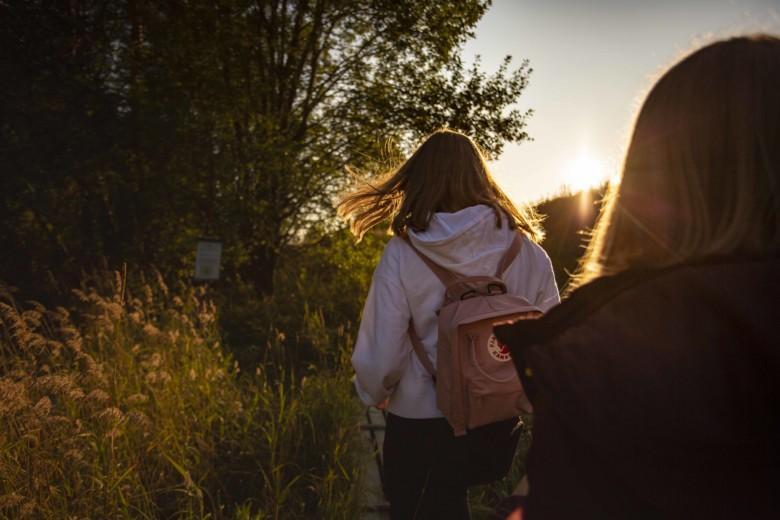 Kaksi tyttöä kulkee pitkin Nautelankosken luontopolkua.