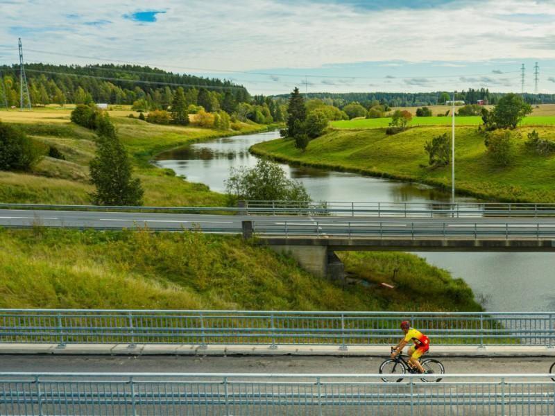 Pyöräilijä ylittää Aurajoen
