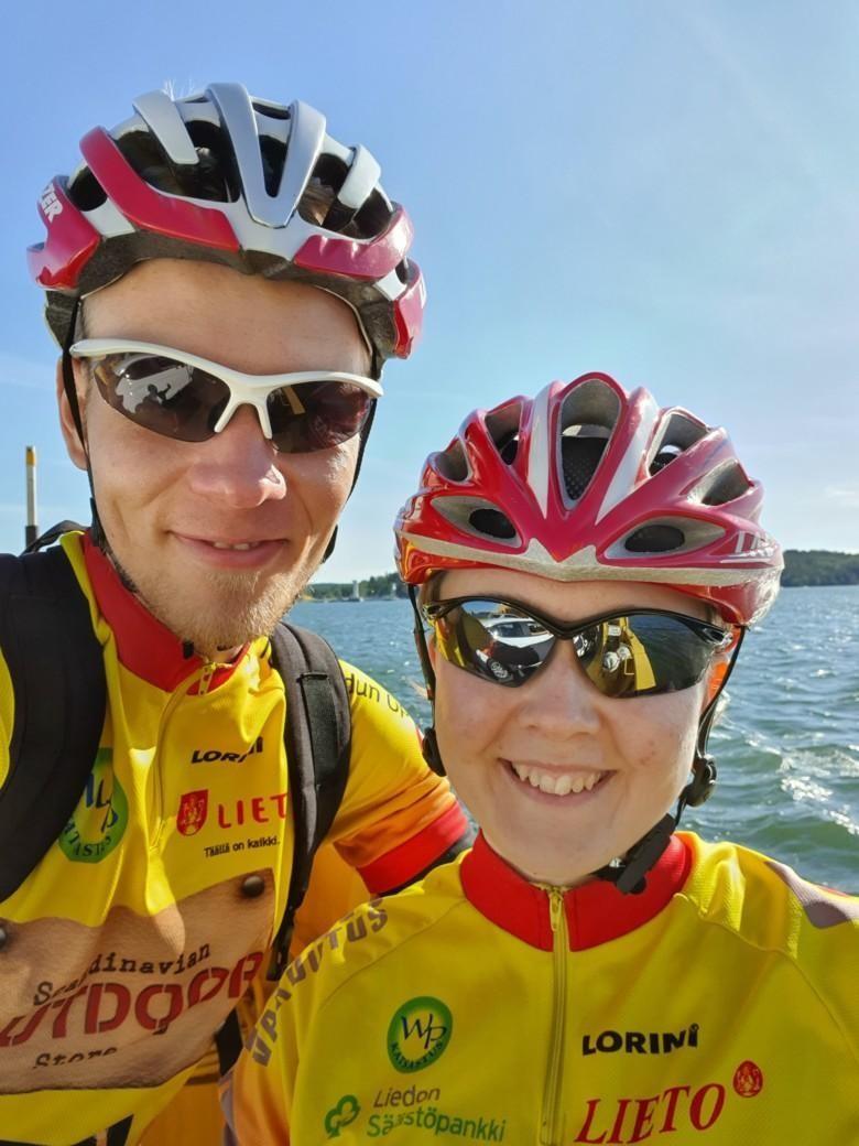 Pyöräilijät Tiina ja Otso Kuokka