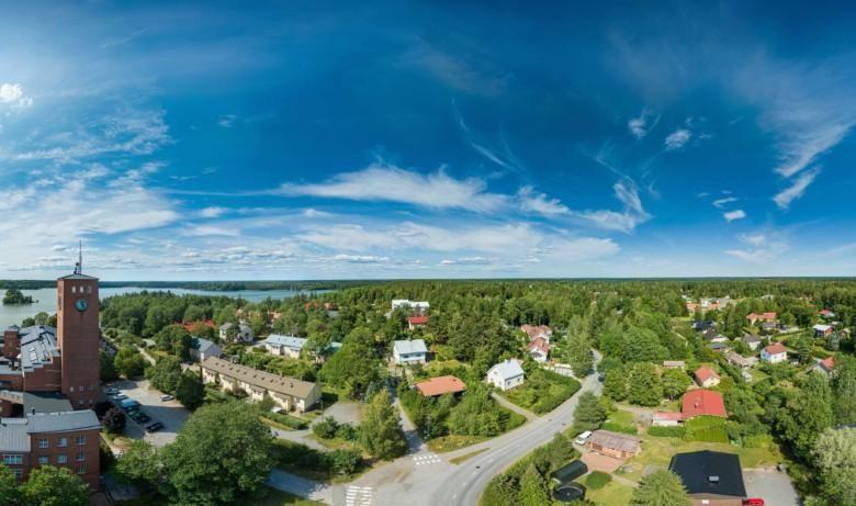 Ilmakuva Liedon Littoisten pientaloalueelta. Kuvassa näkyy myös osa Littoisten punatiilisestä Verkatehtaasta. Taustalla siintää Littoistenjärvi.