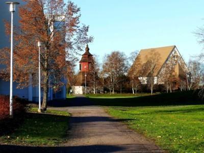 Hyvättylänpuiston kävelytie kunnatalon ohi kirkon suuntaan.