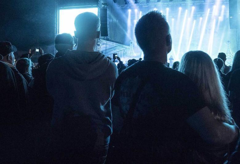 Nuoria aikuisia ulkoilmakonsertissa.
